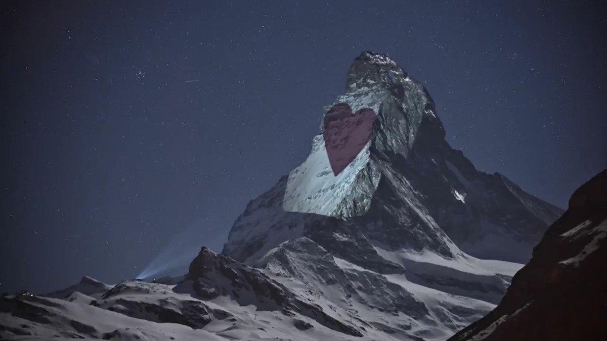 Gerry Hofstetter, un artiste spécialisé dans les projections lumineuses, diffuse des messages sur le Cervin, une montagne icône de la Suisse, des messages pour soutenir la population confrontée au #covid_19 #AFP