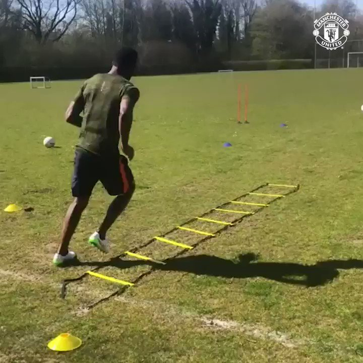 😤 @TFosuMensah brings the 🔥🔥🔥 in todays Reds Check-In! Hows this for a #WorkoutWednesday, #MUFC fans?! 💪