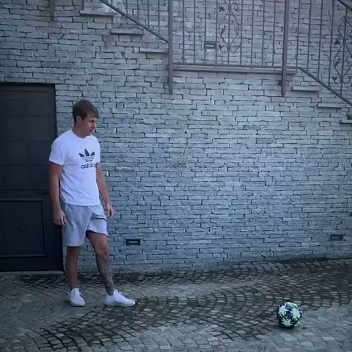 🎯 Can you imitate @aaronramsey and @Miralem_Pjanic?  ⚽️ Participate in the #JeepGoalChallenge and score goals wherever you are!  Powered by @Jeep https://t.co/Uc4zJ9zZkl