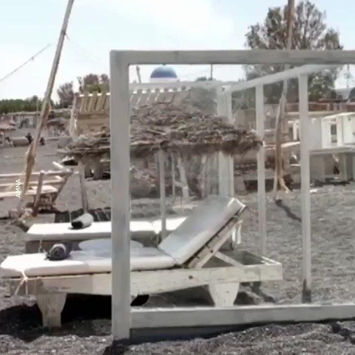 #Plexiglass dividers installed on #Santorini beaches amid# COVID-19 crisis #Greecepic.twitter.com/FAQAfXSSMK