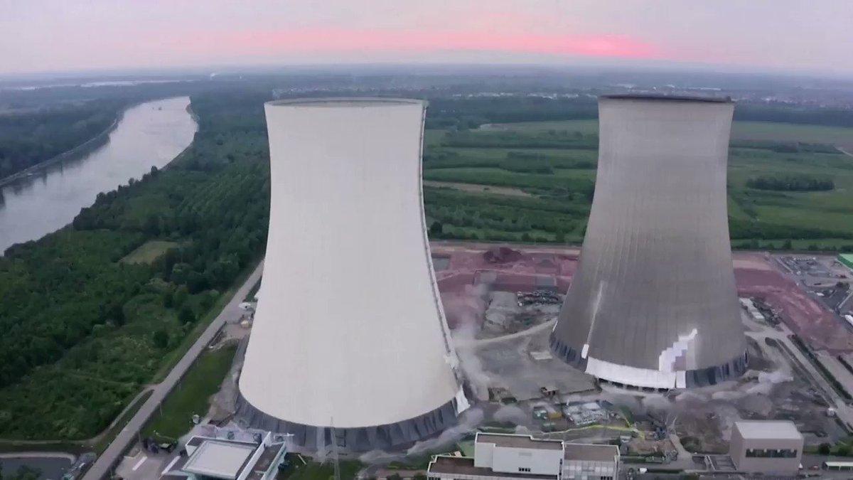 ドイツで14日、原子力発電所の冷却塔2基が爆破解体。