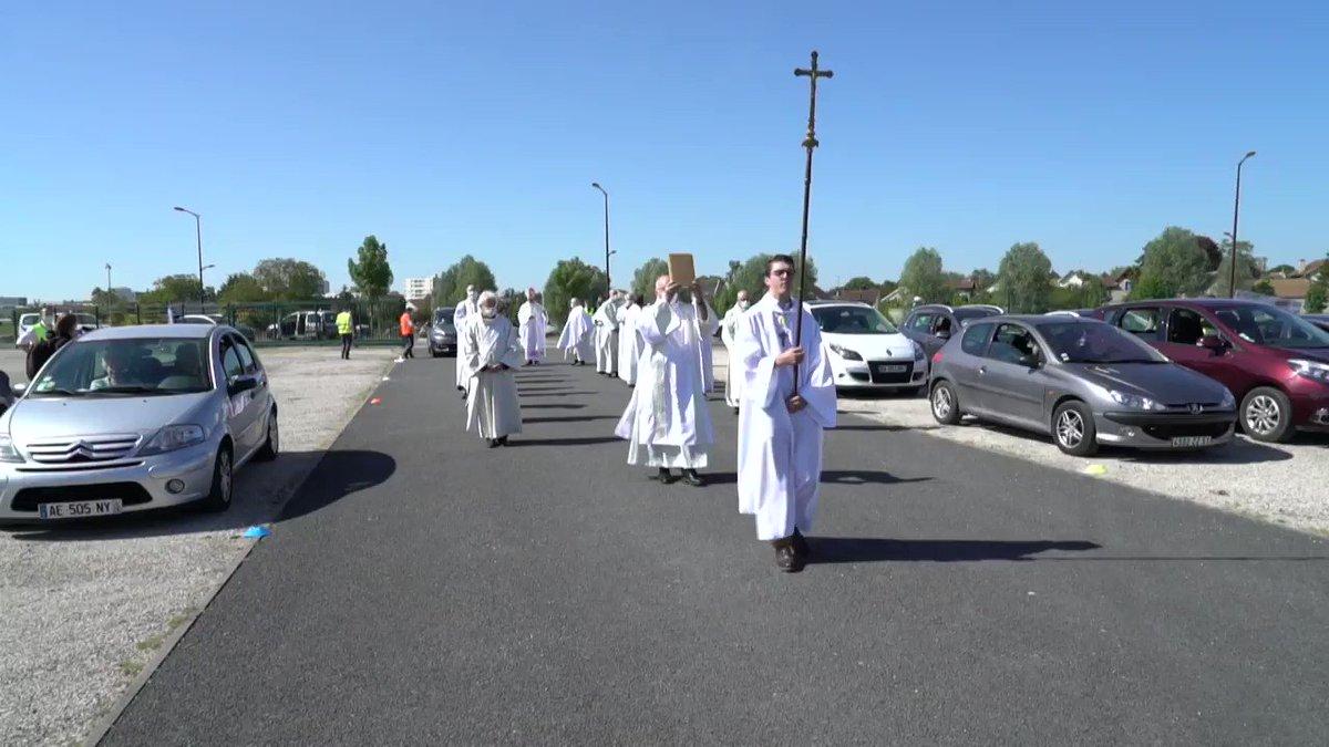 A Châlons-en-Champagne, la messe redémarre... en voiture #AFP