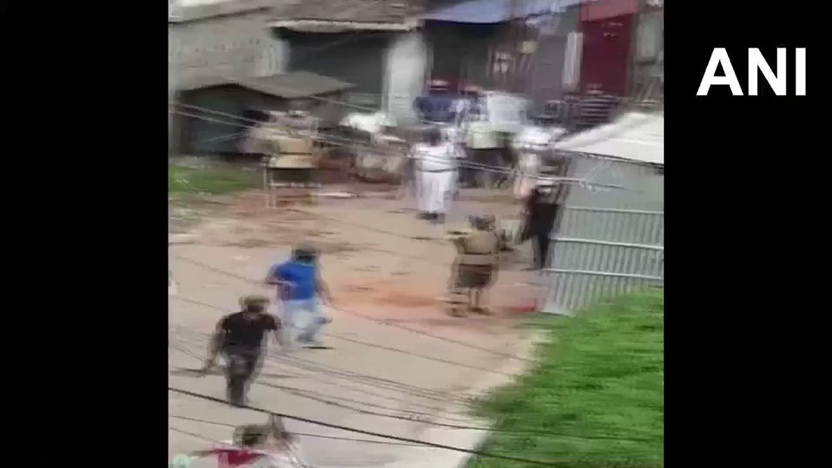 #WATCH Clashes erupted between people from two slums in Metiabruz area after power was restored to one of the slum areas, following cyclone Amphan. Police dispersed the crowd as bricks were hurled from both sides. #Kolkata (26.05)