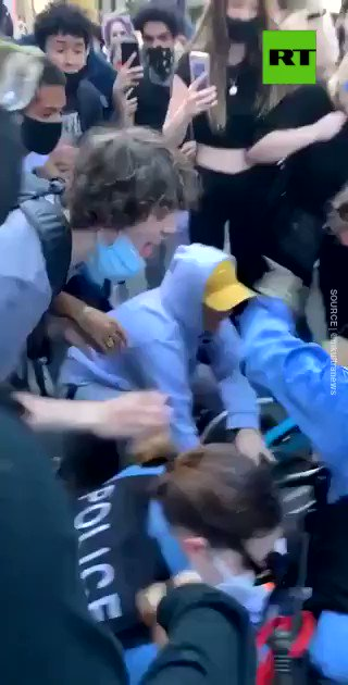 Enraged protesters violently drag & toss cop in #Chicago amid #GeorgeFloyd protests   READ MORE: https://on.rt.com/aib3 pic.twitter.com/7h9fCjsVhE
