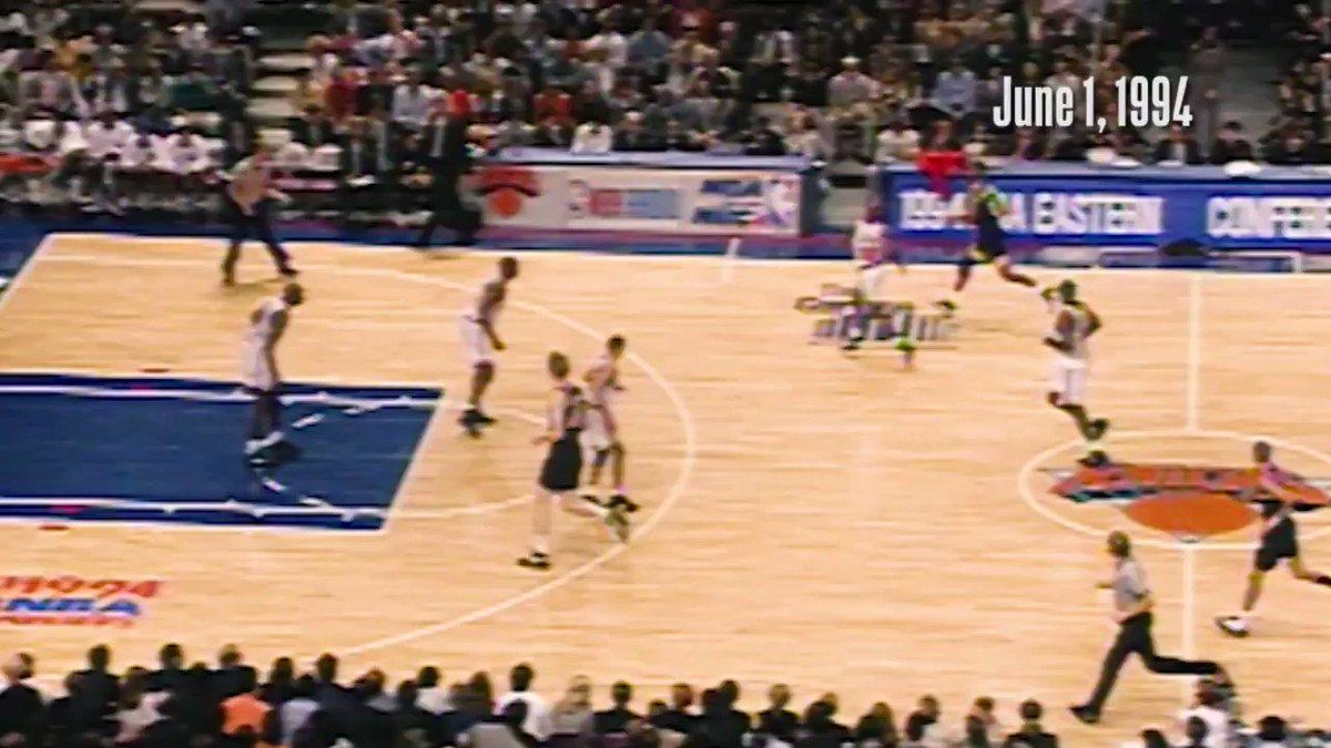 01/06/1994 - há 26 anos, @ReggieMillerTNT (39 PTS) comandou uma VIRADA HISTÓRICA sobre os Knicks! A lenda dos @Pacers converteu 5️⃣ CESTAS DE 3 no último período do Jogo 5 das Finais do Leste e abriu vantagem de 3x2 na série para o Indiana.   #NBAHistory #OTD #IndianaStyle https://t.co/SJLOMN6SL6