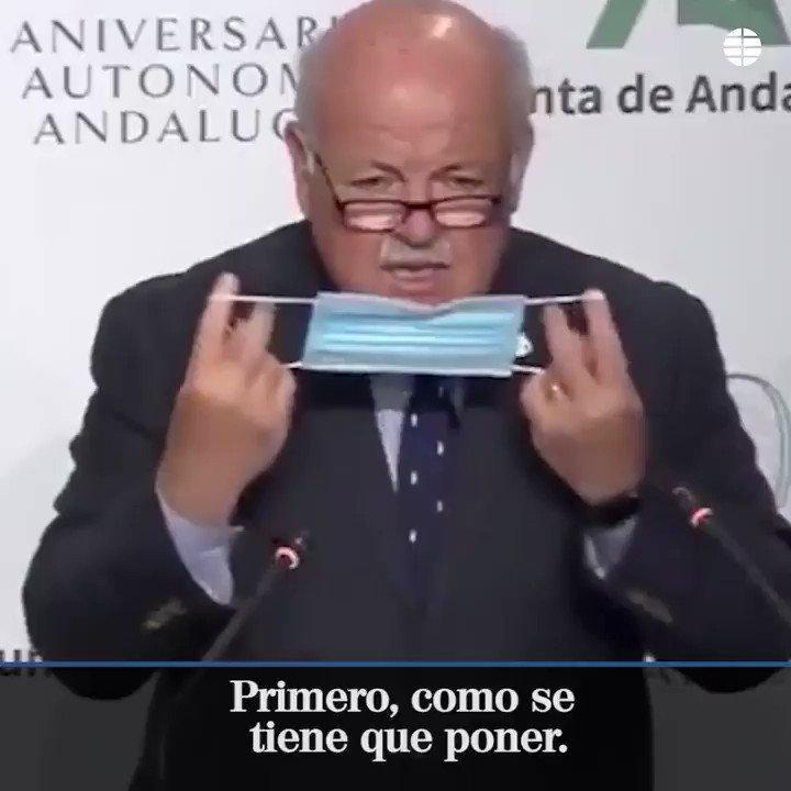 El curioso método del consejero de Salud de Andalucía para explicar cómo llevar la mascarilla