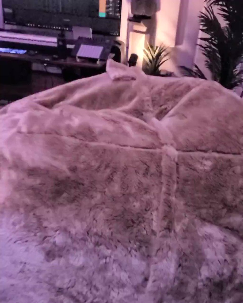This is our favorite studio accessoire!! The Lovesac 😍