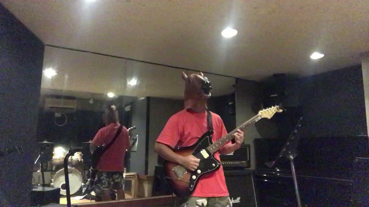 アイドルソングを演奏してみたやる人は沢山いるけど、JYA☆PONの曲をギターで弾いたのはワイが初めてやろ。もちろん、日向はる意識の赤色やぞ。じゃぽんクラスになるとSpotifyにも曲が入ってないからな。YouTubeで練習するの大変だったわ…後ろに烏龍茶置いてるけど、分からんなコレ。