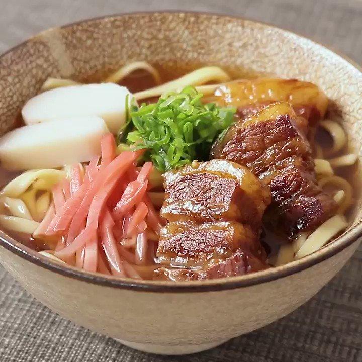 10月17日は #沖縄そばの日 ☀️#クラシル から出汁がおいしい沖縄そばレシピのご紹介。柔らかく煮込んだラフテーをトッピングした、食べ応えのある一品です。ご家庭にある調味料で作れるのでとってもおすすめですよ。▼レシピページはこちら#クラシルメイン