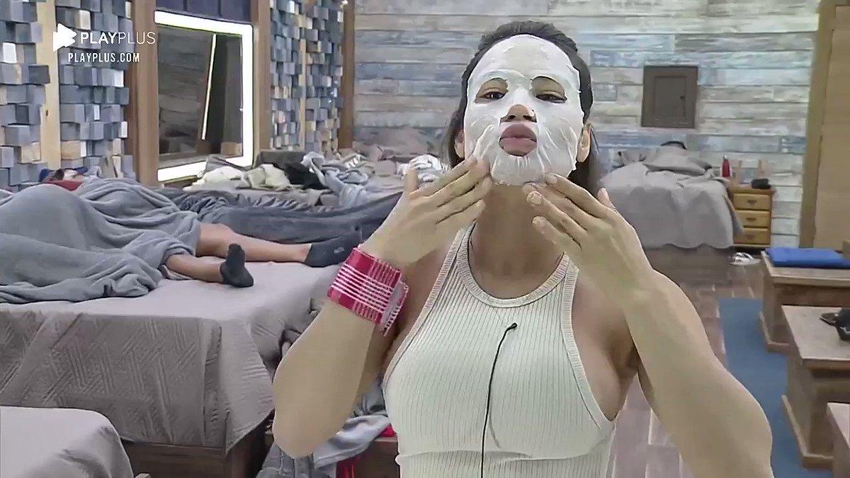 Sem sono? 🤔 Raissa aproveita que a peãozada tá dormindo para fazer skincare 😅  Veja #AFazenda12 ao vivo ➡