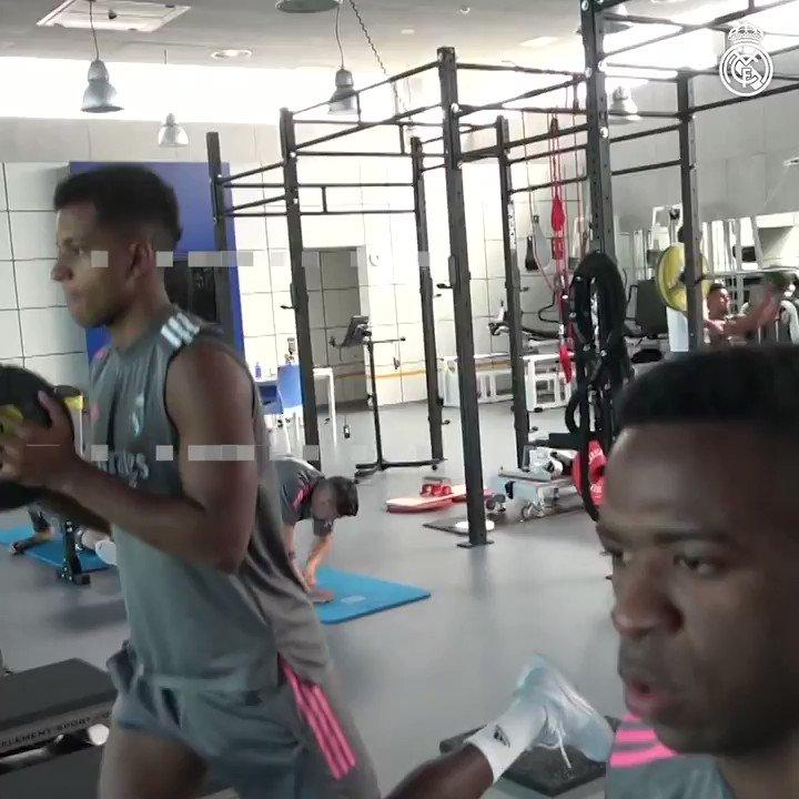 🏋️🏃💪 Comment sont les routines d'exercices de nos joueurs lors de l'entraînement?  @sanitas   #ImpulsingRealMadrid   #ImpulsoSanitas