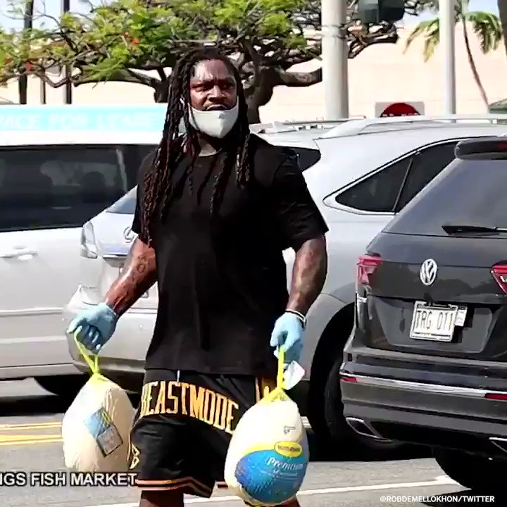 .@MoneyLynch helped hand out 200 free turkeys to people in Hawaii for Thanksgiving 👏  (via @RobDeMelloKHON) https://t.co/084m5Bz2sb