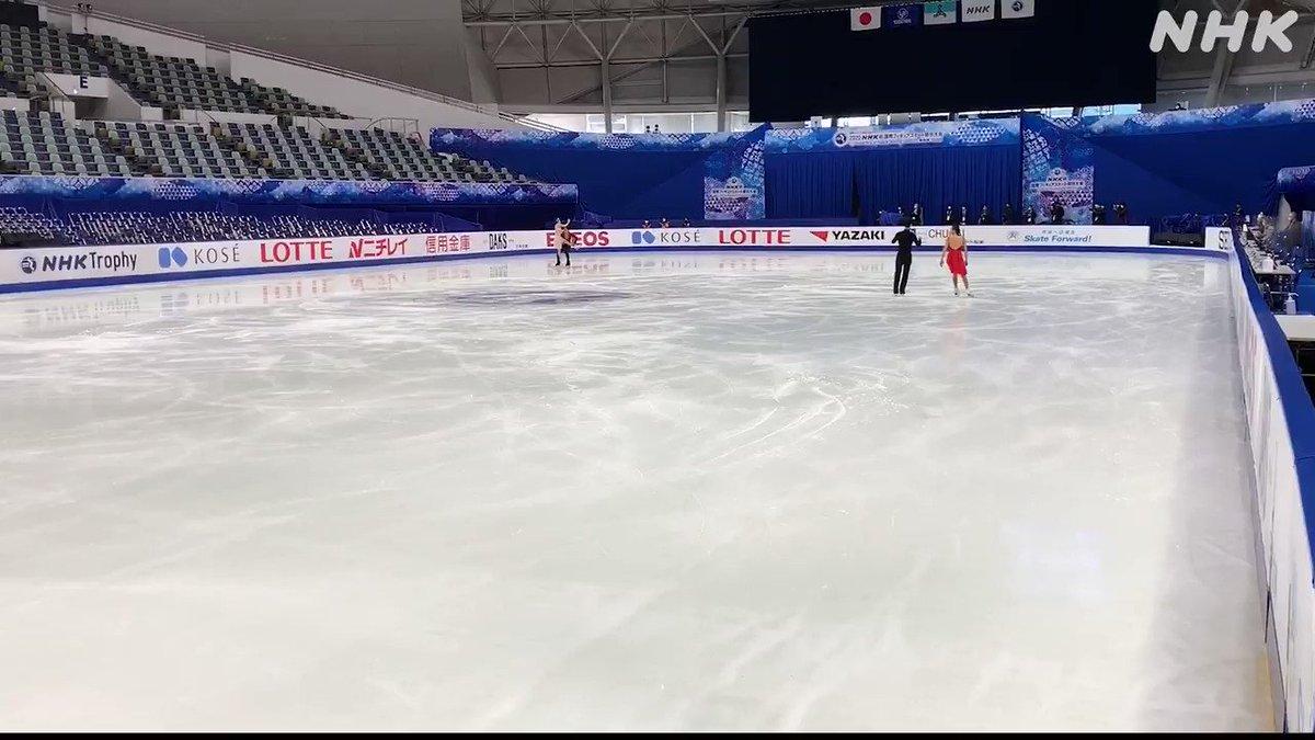 /#NHK杯フィギュア 公式練習!\#アイスダンス の #髙橋大輔 選手と #村元哉中 選手がリンクで調整!曲をかけての練習では見事にリフトも決めていました!#NHK杯 の情報はこちらから#フィギュアスケート
