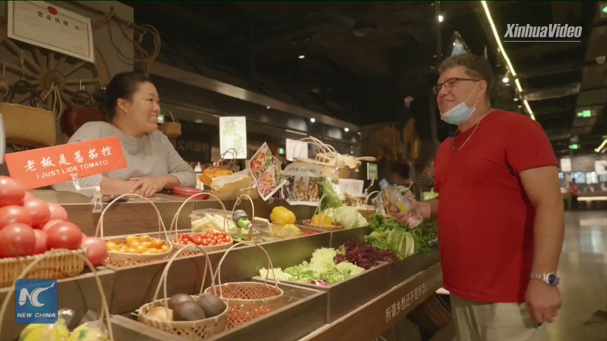 A Cuban guy falls in love with China's Suzhou. He sells organic vegetables at a market and feels content with his life. Click for his story