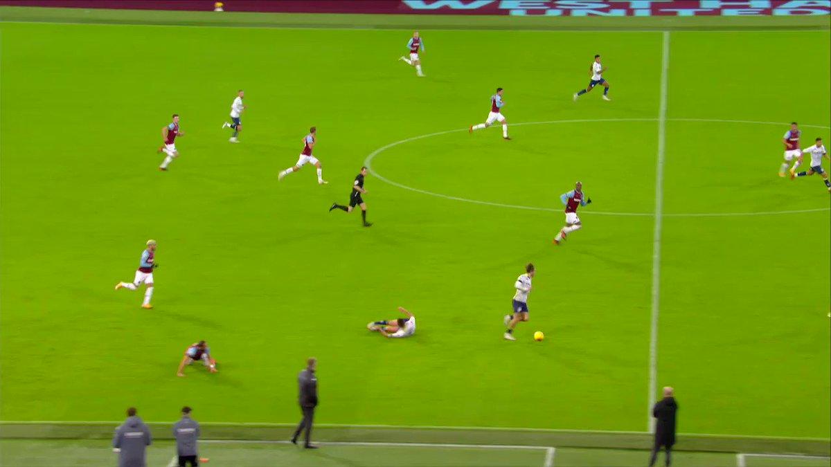 Lukasz Fabianski, ters ayakta yakalanmasına rağmen gösterdiği refleksle dikkat çekti. Trezeguet, Aston Villa hücumunda istediği vuruşu yapamasa da West Ham kalecisinin bu pozisyondaki performansı, Premier League'de 10. haftanın en iyi kurtarışları arasına girdi. #WHUAVL
