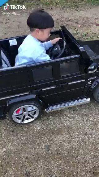 誕生日プレゼントでおもちゃの車を渡したら…いや経験者だろwwww