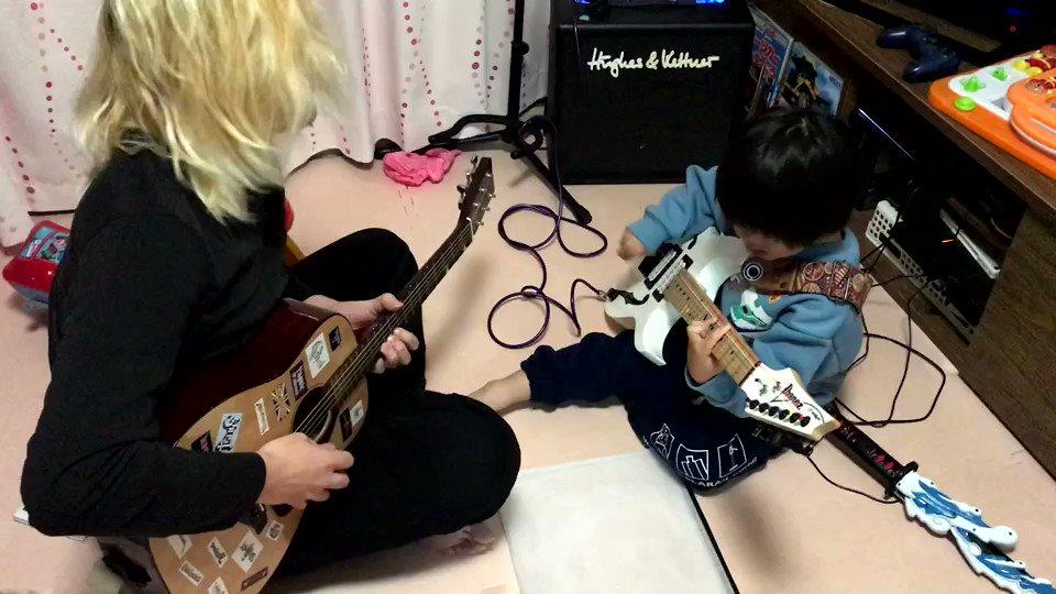まさか4歳の息子にバッキングしてもらってアドリブをする日が来るとは思わなかった😱惑わされずにバッキング弾いてくれてるのにびっくりしながら、ギター弾いてました😉👍