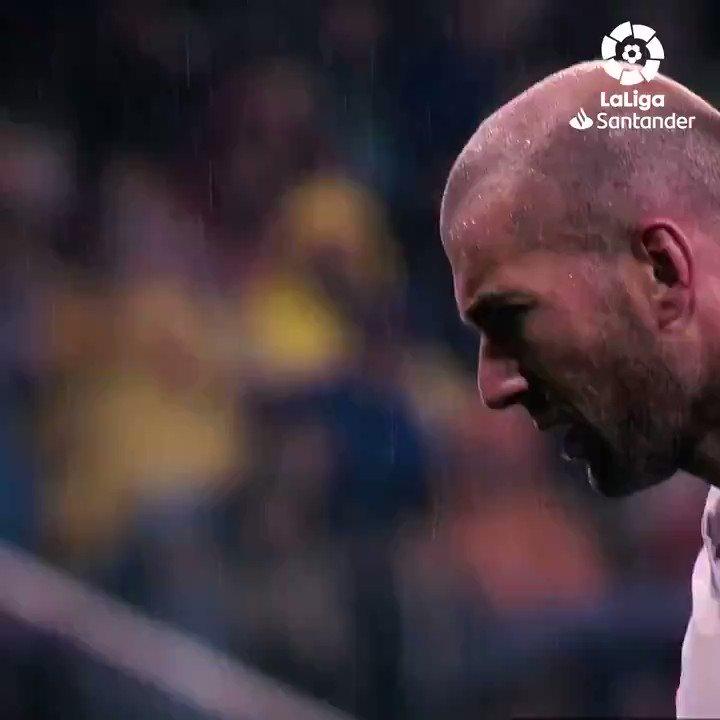 𝐇𝐚𝐭𝐭𝐫𝐢𝐜𝐤 𝐁𝐄𝐑𝐒𝐄𝐉𝐀𝐑𝐀𝐇! 💫  #TepatHariIni pada 2006 silam, Zidane cetak hattrick pertama dan satu-satunya di #LaLigaSantander untuk @realmadrid! 💜🎩  #YouHaveToLiveIt