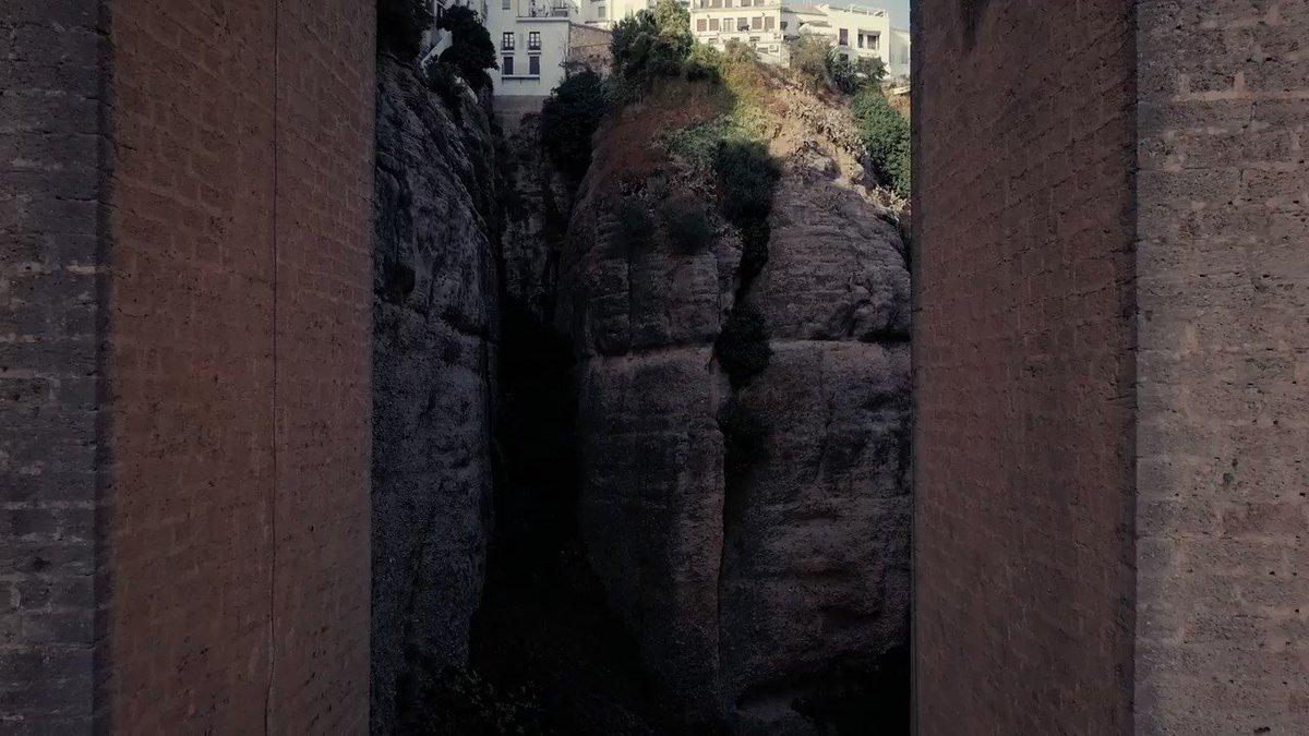 #ViveAndalucia | Alejarse para disfrutar de la grandeza del Puente Nuevo de #Ronda. 😍  ¿Qué os parecen las vistas? 😱 #Malaga