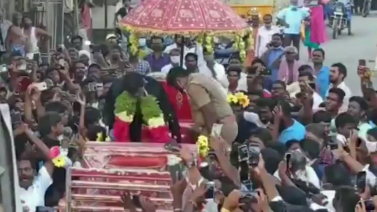 A hero's welcome for @Natarajan_91 on his arrival back home in Chinnappampatti, Salem 🙌 (📹: Shaktivel)
