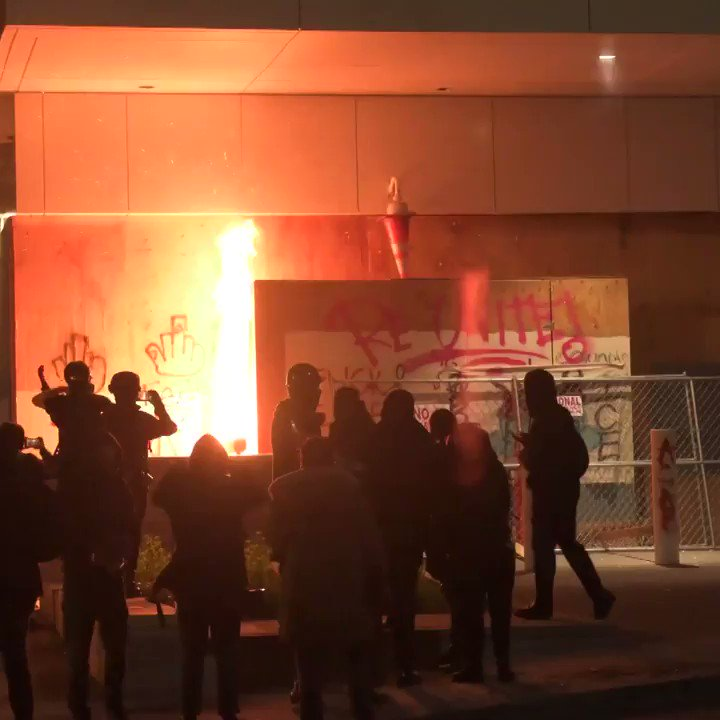 RT @Ruptly: Protesters set fire to #ICE building in #Portland  #USA https://t.co/w73Wt2u27c