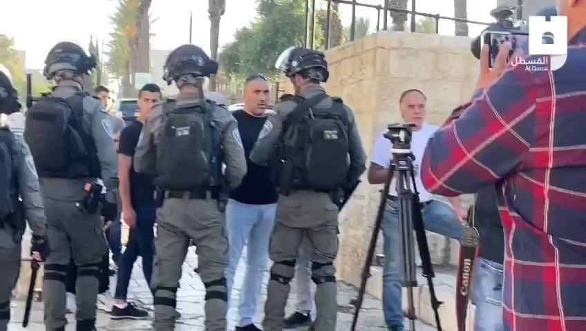 Israeli occupation police assault #Palestinian protesters while demonstrating in Jerusalem's Damascus Gate plaza against insults made by Israeli settlers against Islamic Prophet Mohammad (PBUH), today. https://t.co/OGmX0nWyqE