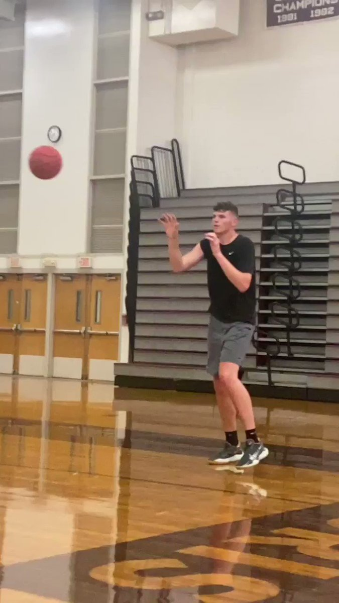 Spent the morning watching Bristol Central High School big man and UConn commit Donovan Clingan in Bristol. 7-1 barefoot with a 7-7 wingspan and a really impressive skill set. Great hands and touch. Stretches it to 3. Looking forward to following his development with the Huskies. https://t.co/cWQ0OOtYYM