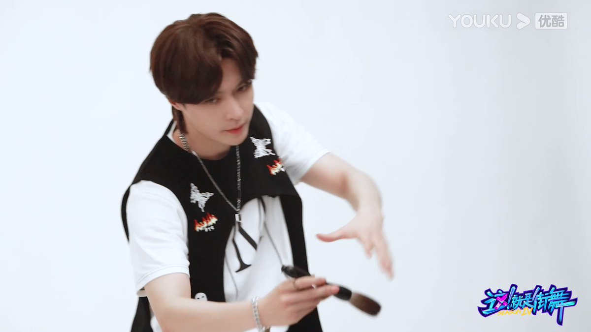#StreetDanceofChinaS4 Here is the shooting BTS video of Captain #LAYZhang! A black and white suit plus a cool mullet hairstyle! At 8 PM (UTC+8) tonight, Captain @layzhang is waiting for you at the battle party!