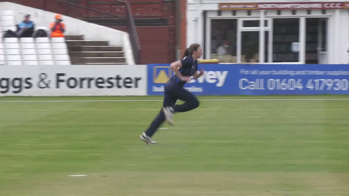 An ideal start for the @North_Diamonds as Beth Langston picks up two early wickets!   📺 Watch LIVE ➡️ https://t.co/3PzNUsRUgZ https://t.co/MQNtbc19NN