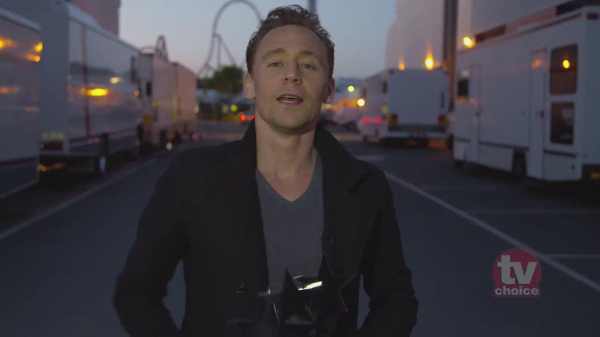 Tom Hiddleston gets help receiving his TV Choice Award @twhiddleston @chrishemsworth @idriselba #tvchoiceawards https://t.co/Fbq4aCnLAp