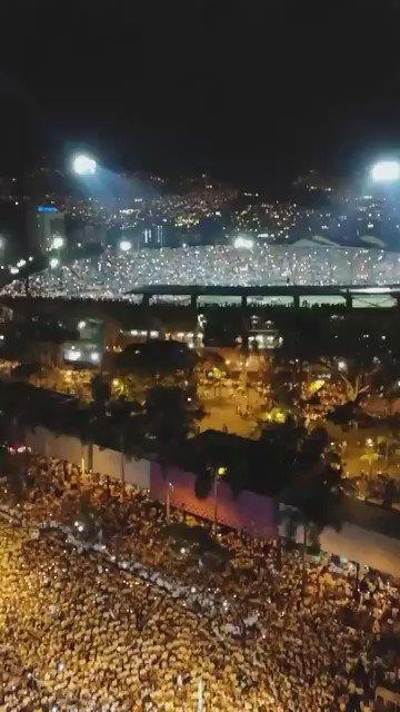 BELA HOMENAGEM! Torcida do Atlético Nacional dentro e fora do Atanasio Girardot. #ForçaChape 💚🏹🙏