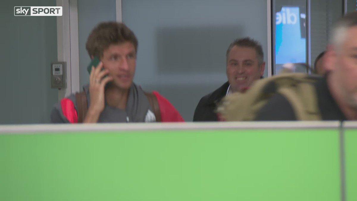 😂😂😂  Thomas Muller dodges the press by having a phone call on his passport (via @SkySportNewsHD) https://t.co/EYt4omVSqa