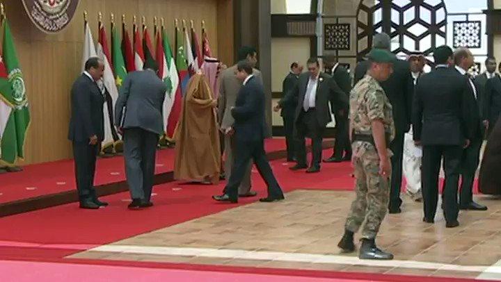 #القمة_العربية | لحظة سقوط الرئيس اللبناني ميشال عون أرضا #لبنان https...