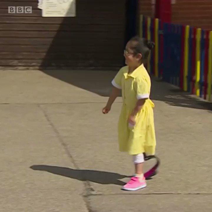 Семилетняя Ану учится в Бирмингеме. Посмотрите, что произошло, когда она впервые показала подругам свой новый протез.