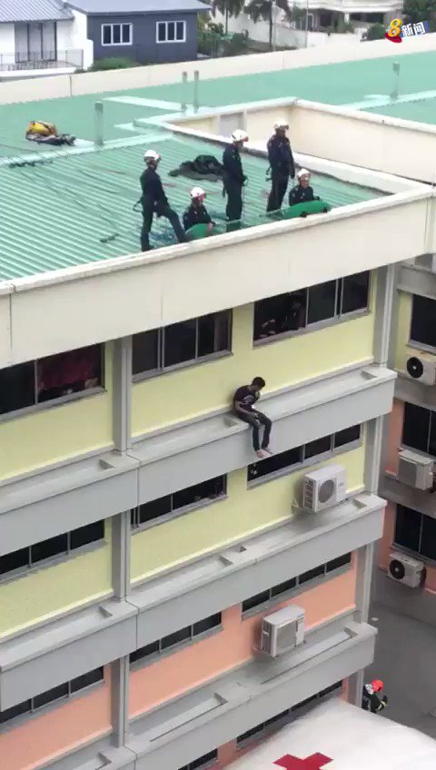 It took about two hours to rescue the man from the ledge (📹: Ms Tan) https://t.co/JHZ1TzpTGW