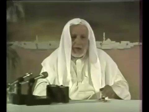 """#من_أرشيف_رمضان  مقطع ظريف للشيخ الطنطاوي -رحمه الله- يبين عفويته عندما طلب منه المخرج تعديل """"غترته"""" :) https://t.co/LM4cLkABIx"""