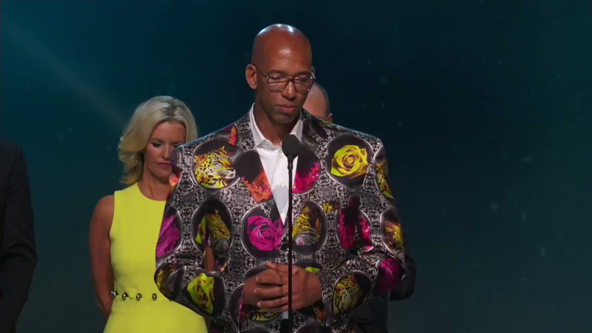 Monty Williams accepts the first #SagerStrong Award 👏 https://t.co/9JW...