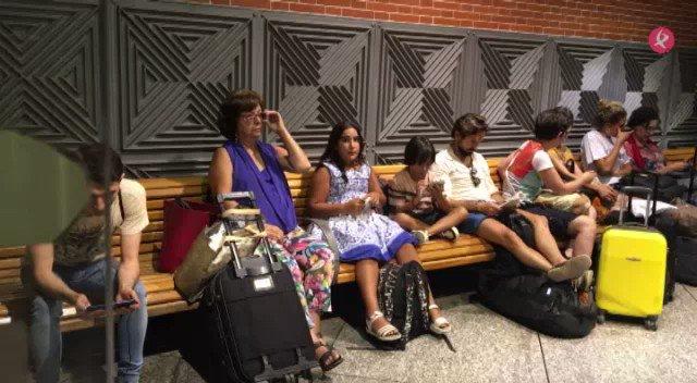 📹Estos son algunos de los afectados por la avería del tren Madrid-Badajoz esperando en Atocha. Tras 1 hora de retraso, han cambiado de tren🚉 https://t.co/M85qL8gn74