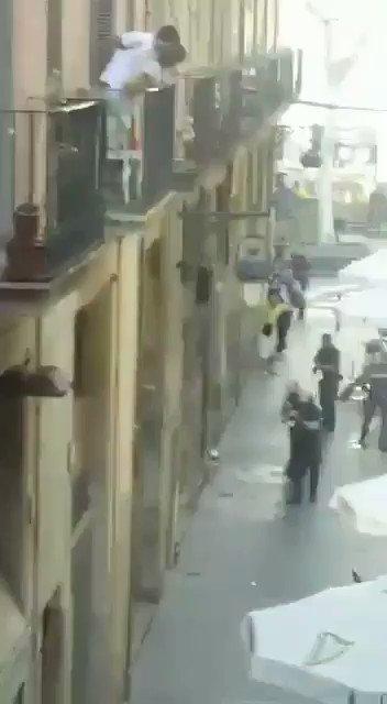 Виновные в аварии в Барселоне забаррикадировались в баре в центре горо...