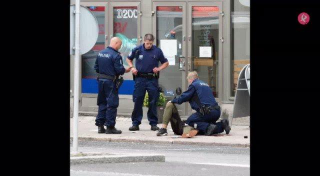 📌#ÚLTIMAHORA | Al menos 2 muertos y 6 heridos acuchillados en #Turku, #Finlandia. La policía ha reducido y detenido a 1 de los sospechosos. https://t.co/FEu9ojWu3O