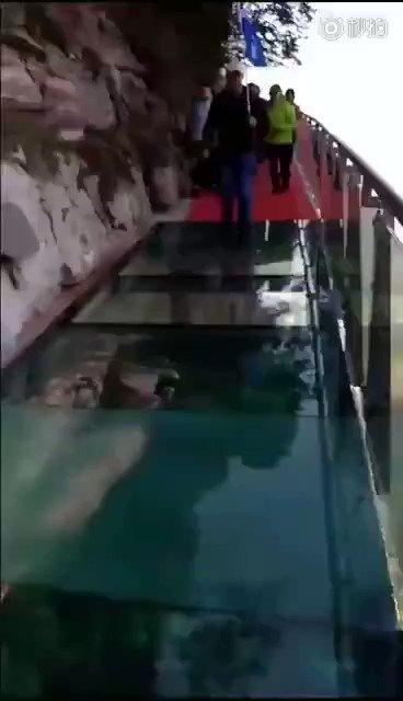 中国の山岳観光地で流行の「ガラスの回廊」 湖北省にできたガラスの回廊では、ヒビが入ったように見えるこんな演出も^^;  https://t.co/mEZ3icyuVE