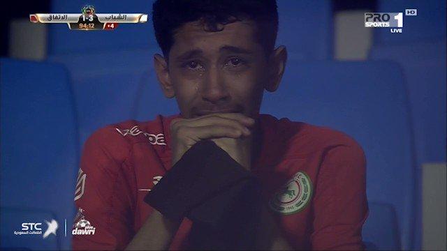 مشجع اتفاقي يبكي حرقةً بعد الخسارة من ال...