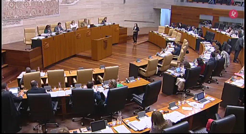 Los corrillos entre @GPSocialistaExt y @Podemos_EXT para pactar los presupuestos de 2018 y la estrategia crítica del @GPPopularExt, en este resumen del largo pleno en la @Asamblea_Ex sobre las cuentas 👇 https://t.co/xMyx7qzZL7