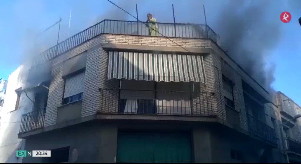 🔥 Cinco personas han sido atendidas por inhalación de humo en un  incendio en Campanario. Una de las vecinas quedó atrapada en la azotea. Te contamos el desenlace 👇 @AytoCampanario #EXN https://t.co/Gt6Pmx5REd
