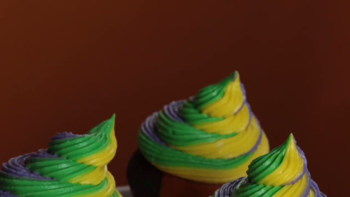 Its #MardiGras, everyone! Celebrate Fat Tuesday with these delicious Mardi Gras cupcakes! #OneChewThree #TheChew