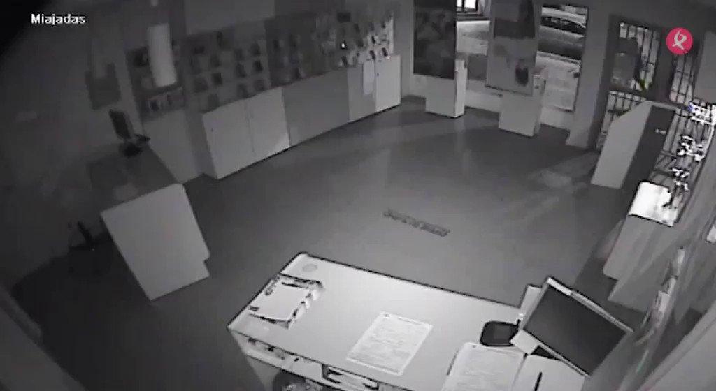 AVANCE | Nuevo robo en una tienda de móviles. En esta ocasión ha sucedido en #Miajadas. Las cámaras de seguridad de la tienda han captado como los ladrones entran, destrozan el establecimiento... y huyen con el botín. Ampliamos a las #2menos3⏰ en #EXN1📺 https://t.co/M7UXZRpihc