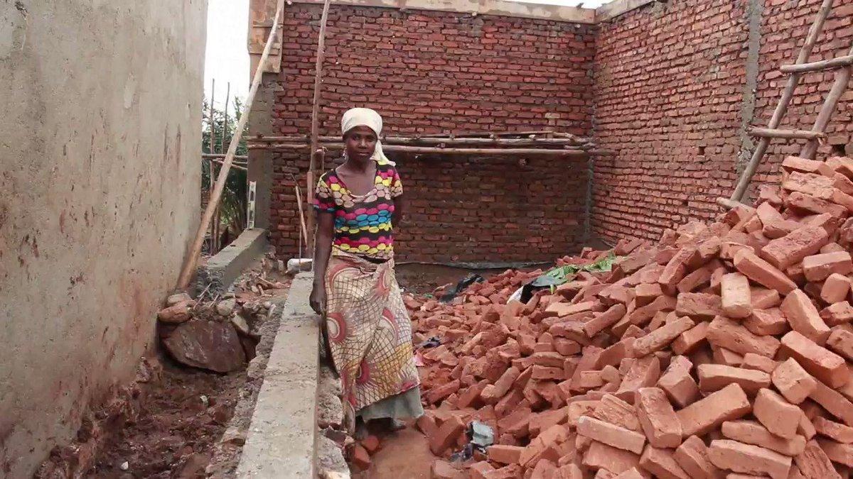 'Métiers d'hommes', vies de femmes : Pélagie Miburo, aide-maçon au Burundi   #8Mars #JourneeDesDroitsDesFemmes #AFP https://t.co/YeABmMSjWe