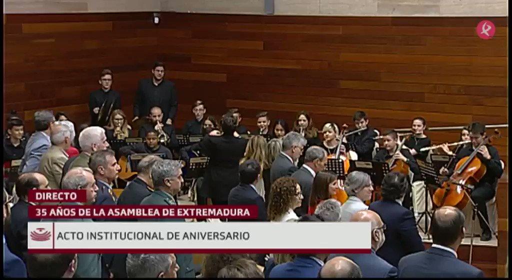 La Orquesta Joven Ciudad de Mérida ha puesto fin al acto especial por los #35AñosAsamblea con la interpretación del Himno de #Extremadura. #EXN https://t.co/CUVIbjSFxd