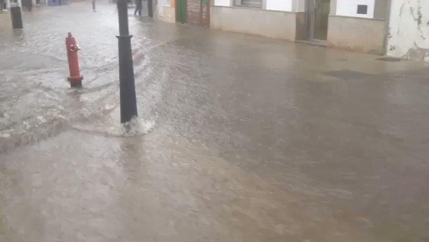 🌧Tarde de fuertes lluvias en #Almendralejo. Nuestros seguidores ya han comenzado a mandarnos vídeos de calles alagadas... cómo esta ...😮 #EXN https://t.co/v3fO1Xse4q