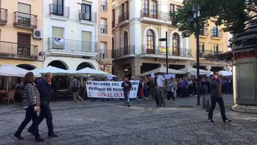Nueva manifestación de pensionistas en defensa del futuro y la viabilidad de sus prestaciones. Estas imágenes, de #Plasencia. #EXN https://t.co/SKQOTj6Szc